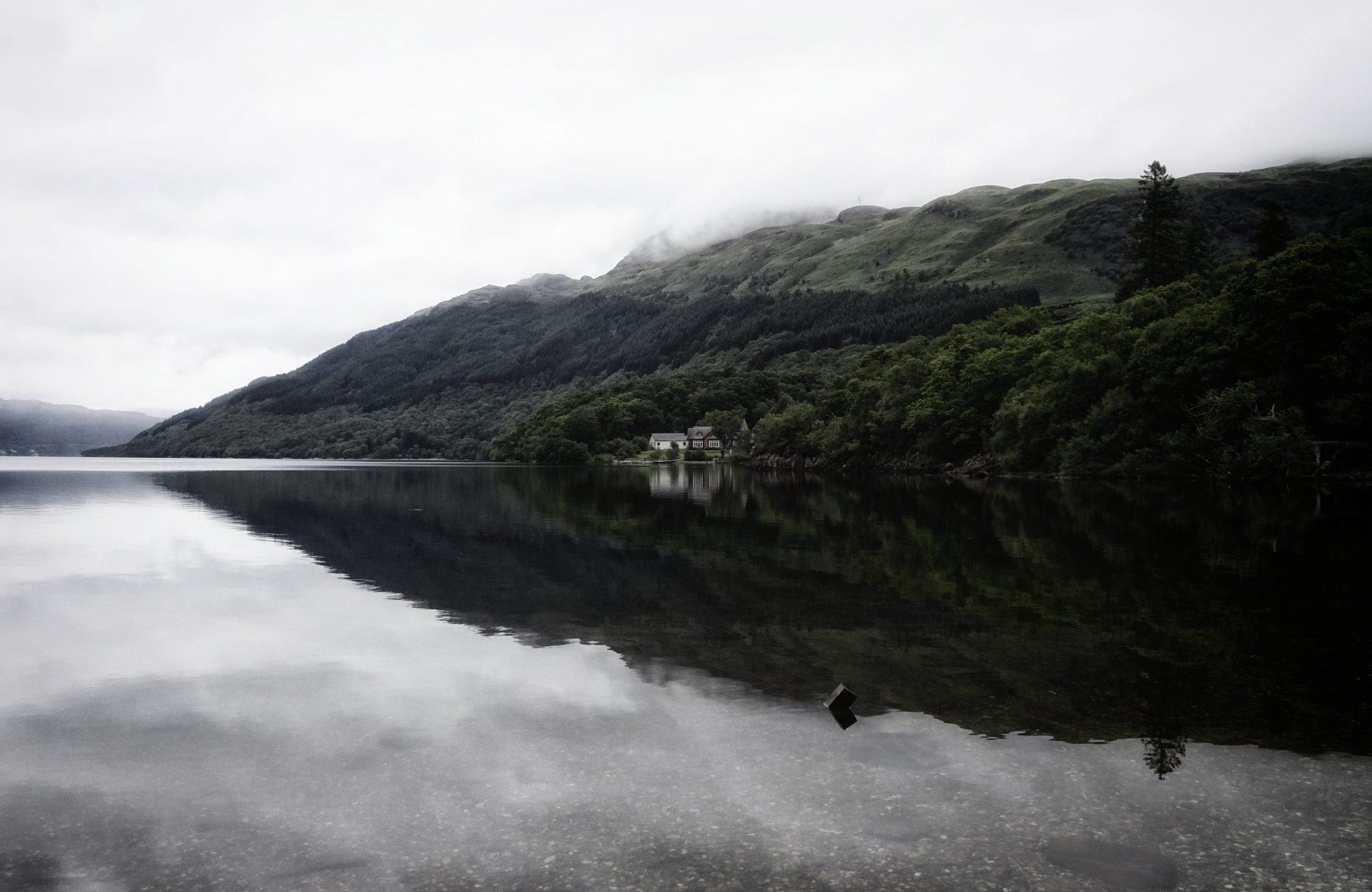 Am Loch Lomond mit Blick auf den verhüllten Ben Lomond und die angeblich schönste Jugendherberge Schottlands, West Highland Way, Schottland, Wanderung, Weitwandern, Trekking, Highlands