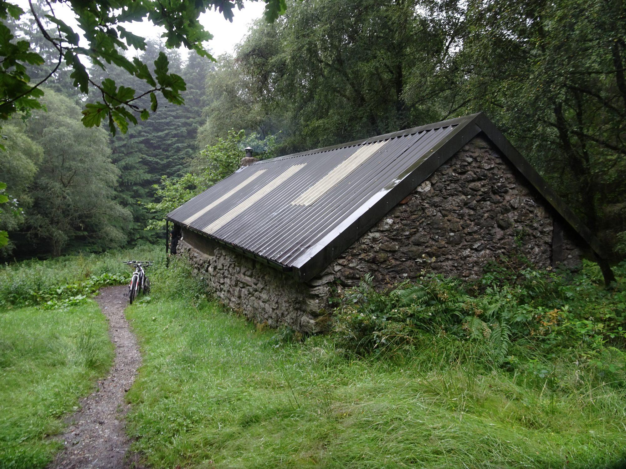 Eine tolle Hütte (Bothy) mitten im idyllischen Wald, West Highland Way, Schottland, Wanderung, Weitwandern, Trekking, Highlands