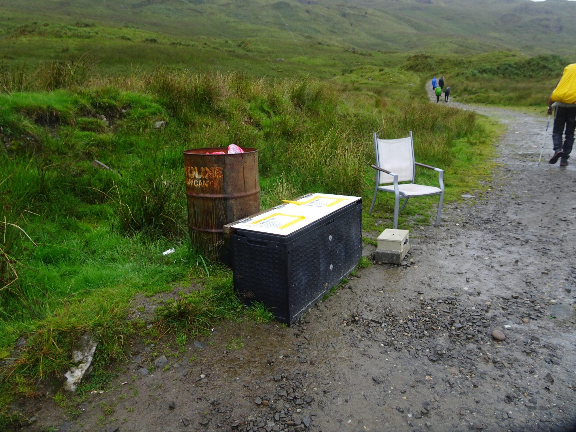 Trail Magic! Ein Stuhl und eine Kiste voller Getränke und Snacks, West Highland Way, Schottland, Wanderung, Weitwandern, Trekking, Highlands