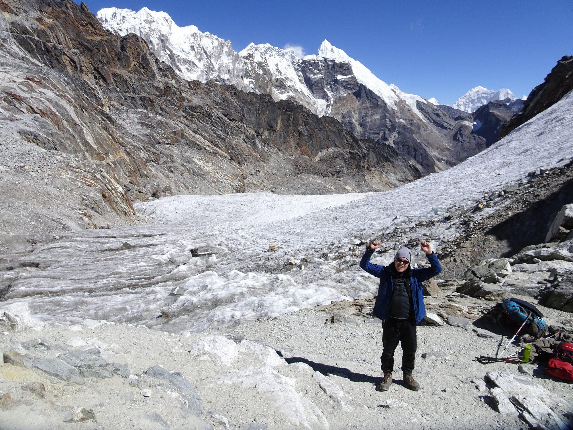 Trekking in Nepal als Wanderanfänger. Stolz auf dem Cho La Pass