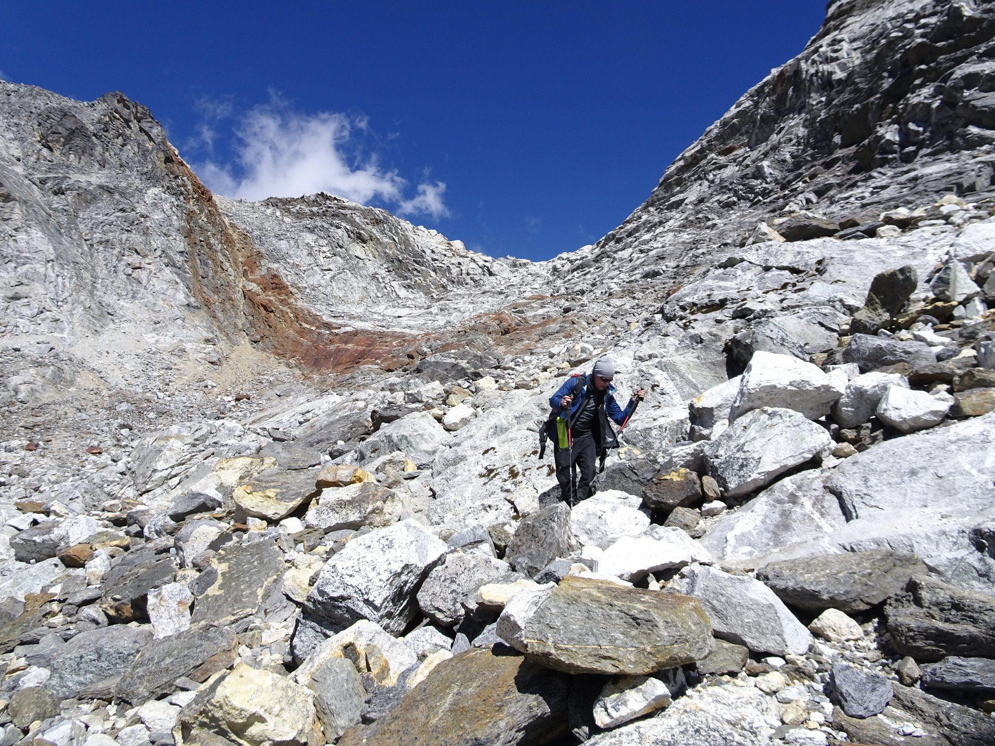 Anspruchsvoller Abstieg vom Cho La Pass. Trekking in Nepal im Everest Gebiet