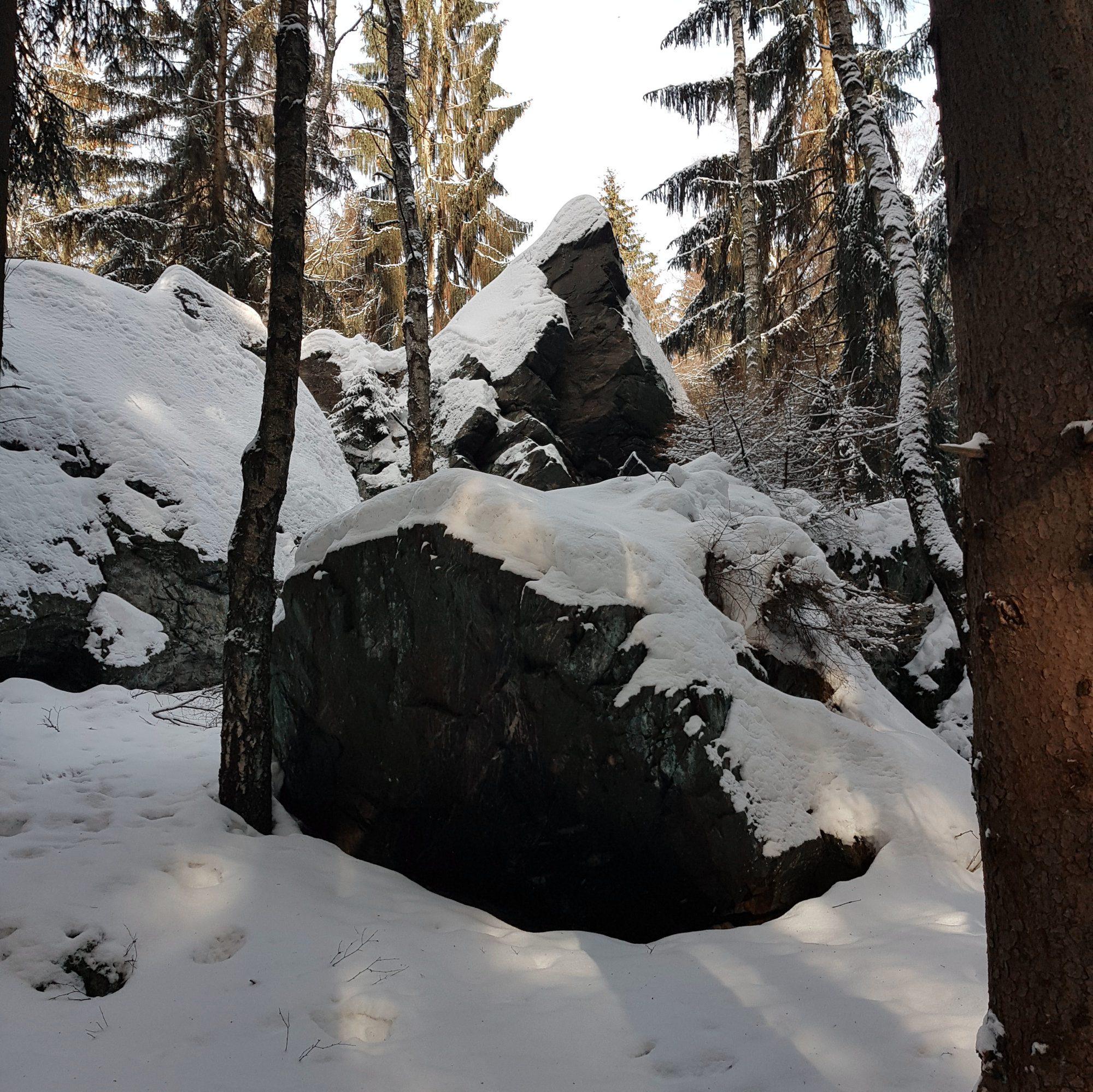 Der schwarze Stein. Winterwandern im Vogtland, Felsenweg, Grünbach