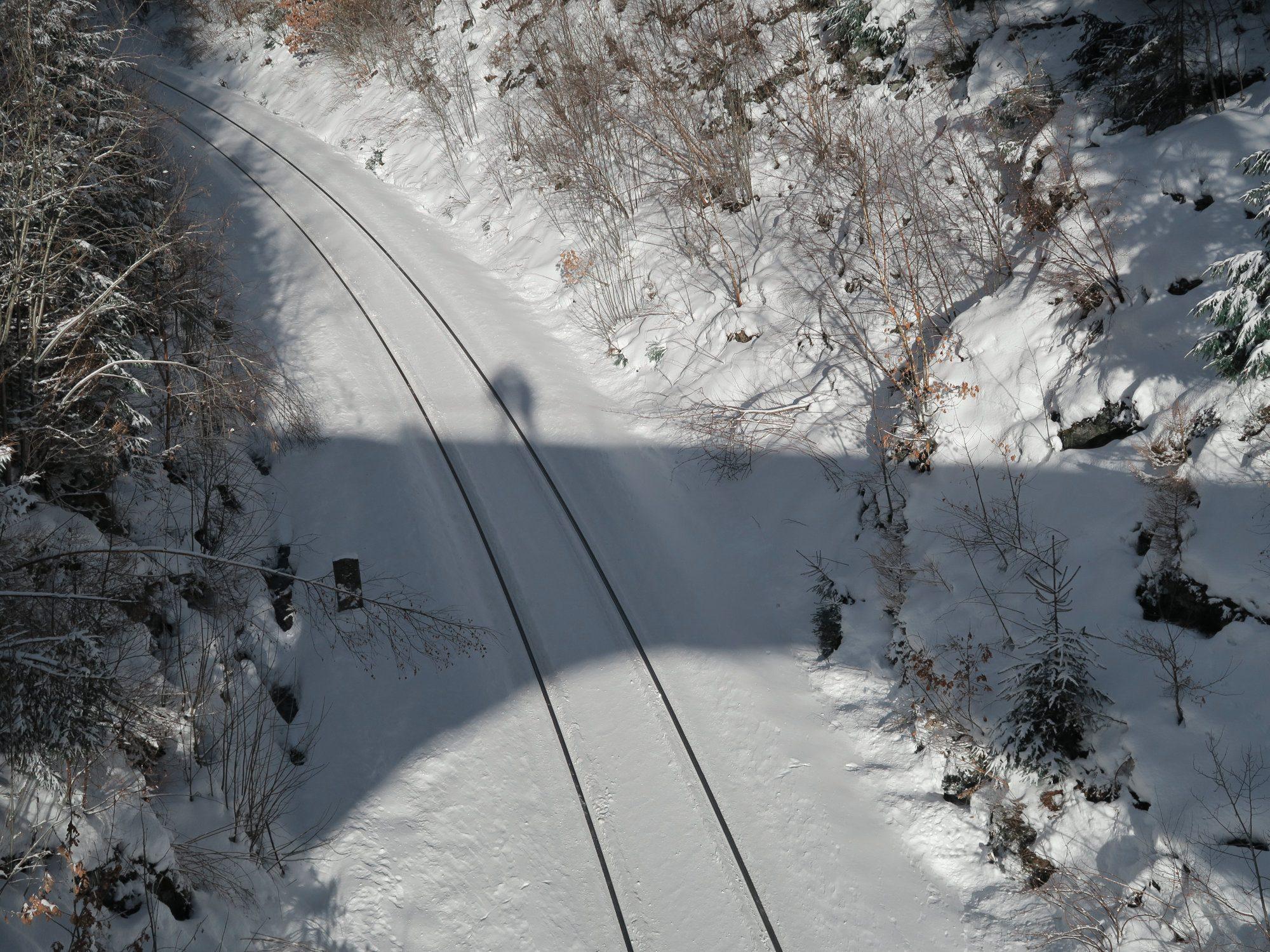 Bahngleise.  Winterwandern im Vogtland, Felsenweg, Grünbach