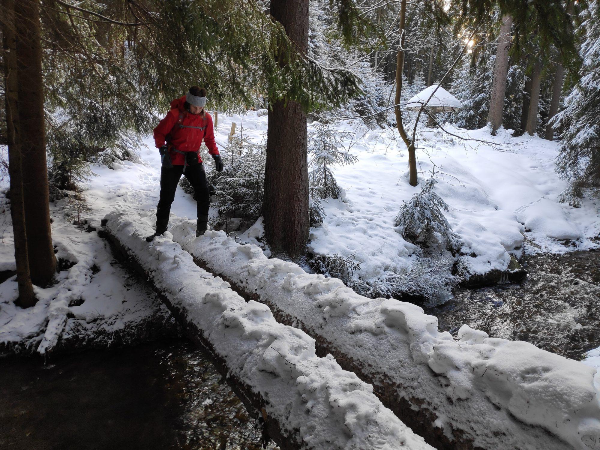 Flußüberquerung beim Winterwandern im Vogtland, Felsenweg, Grünbach