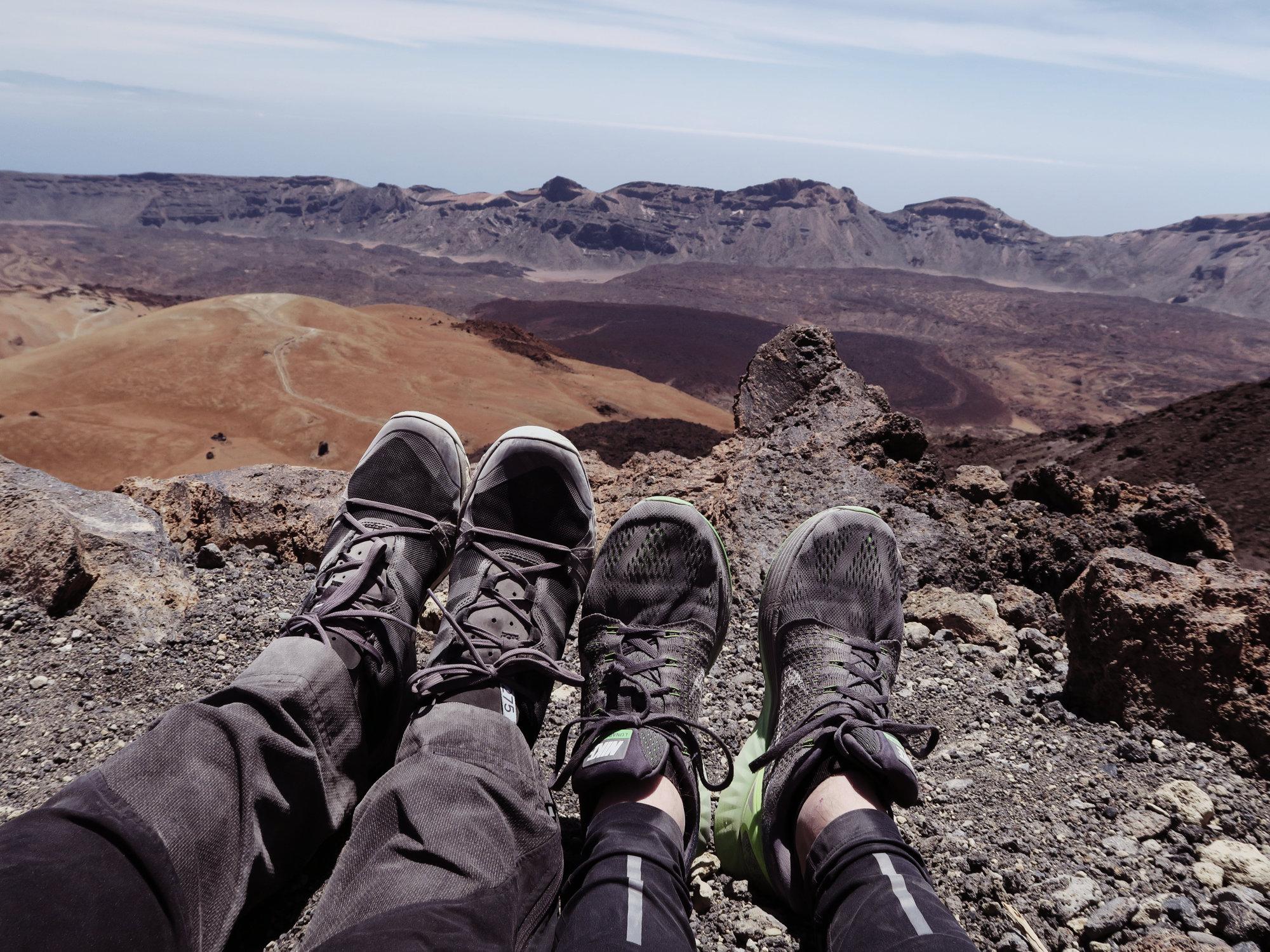 Pause beim Wandern auf den Teide Gipfel, Teneriffa, Teide Überschreitung