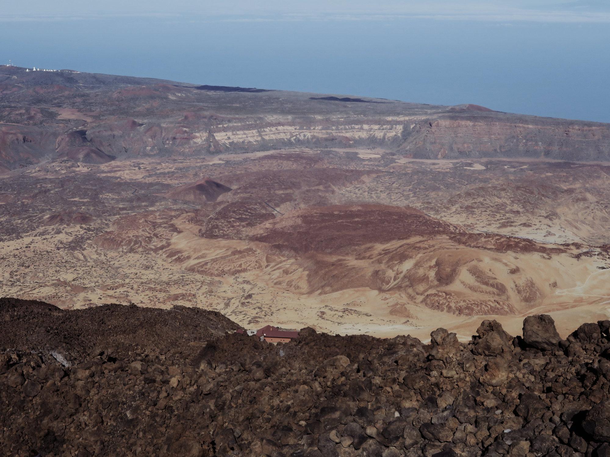 Von hier oben sieht man den Caldera Krater in all seiner Dimension. Und die kleine Altavista Hütte, Teide, Teneriffa