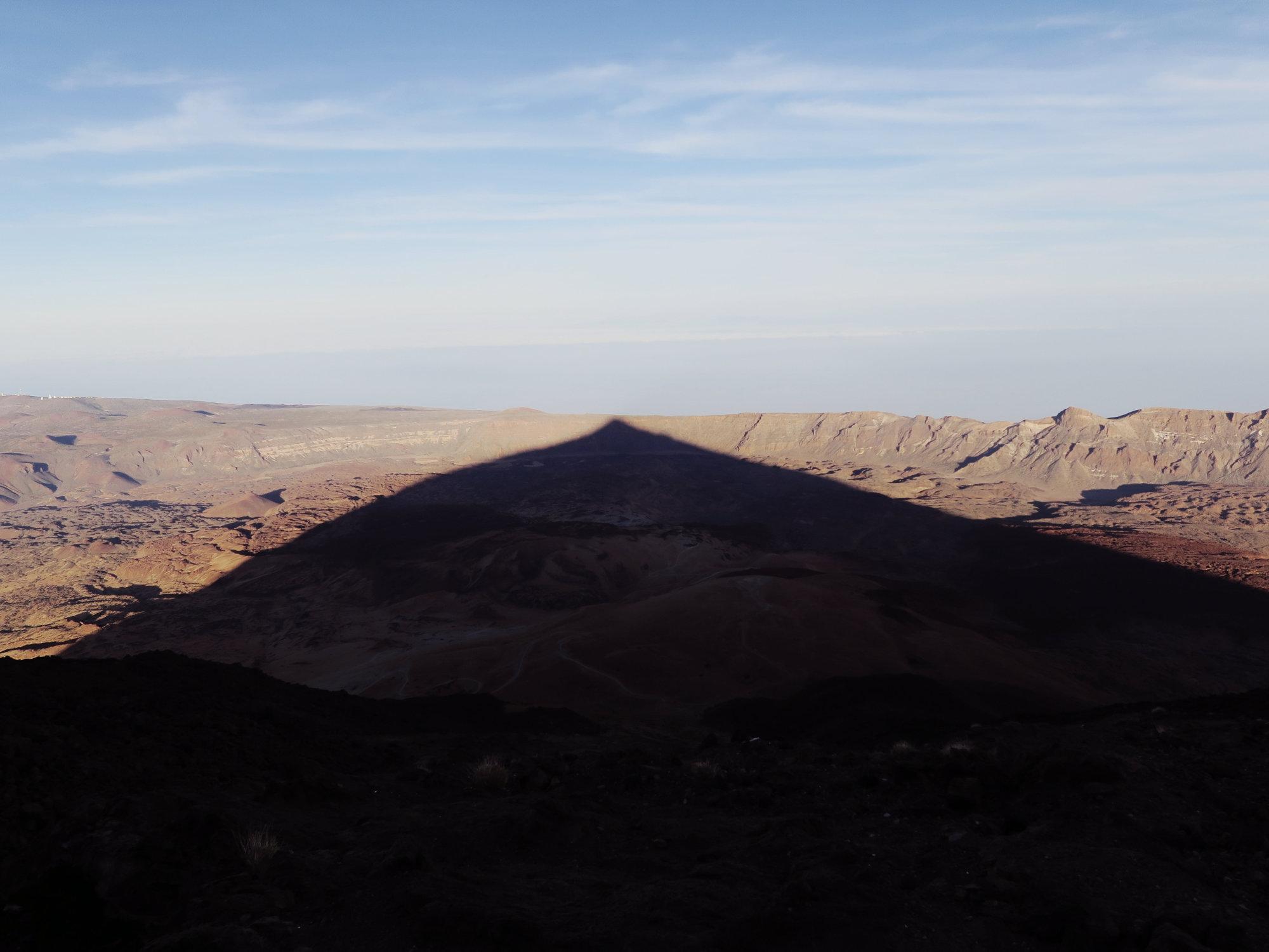 Sonnenuntergang am Teide: Der Schatten ragt bereits bis an den Caldera Rand