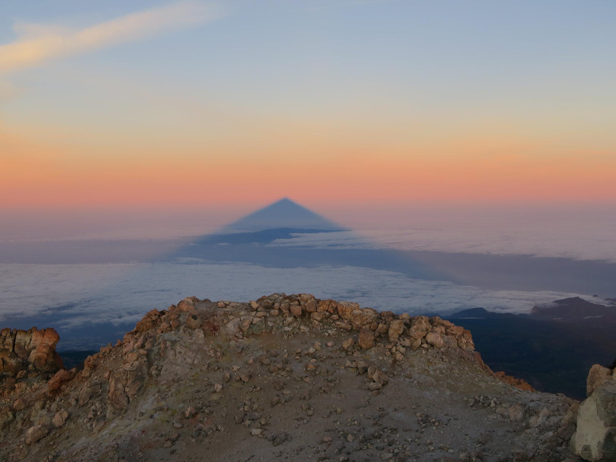 Der beeindruckende Teide-Schattenwurf vom Sonnenaufgang auf dem Pico del Teide