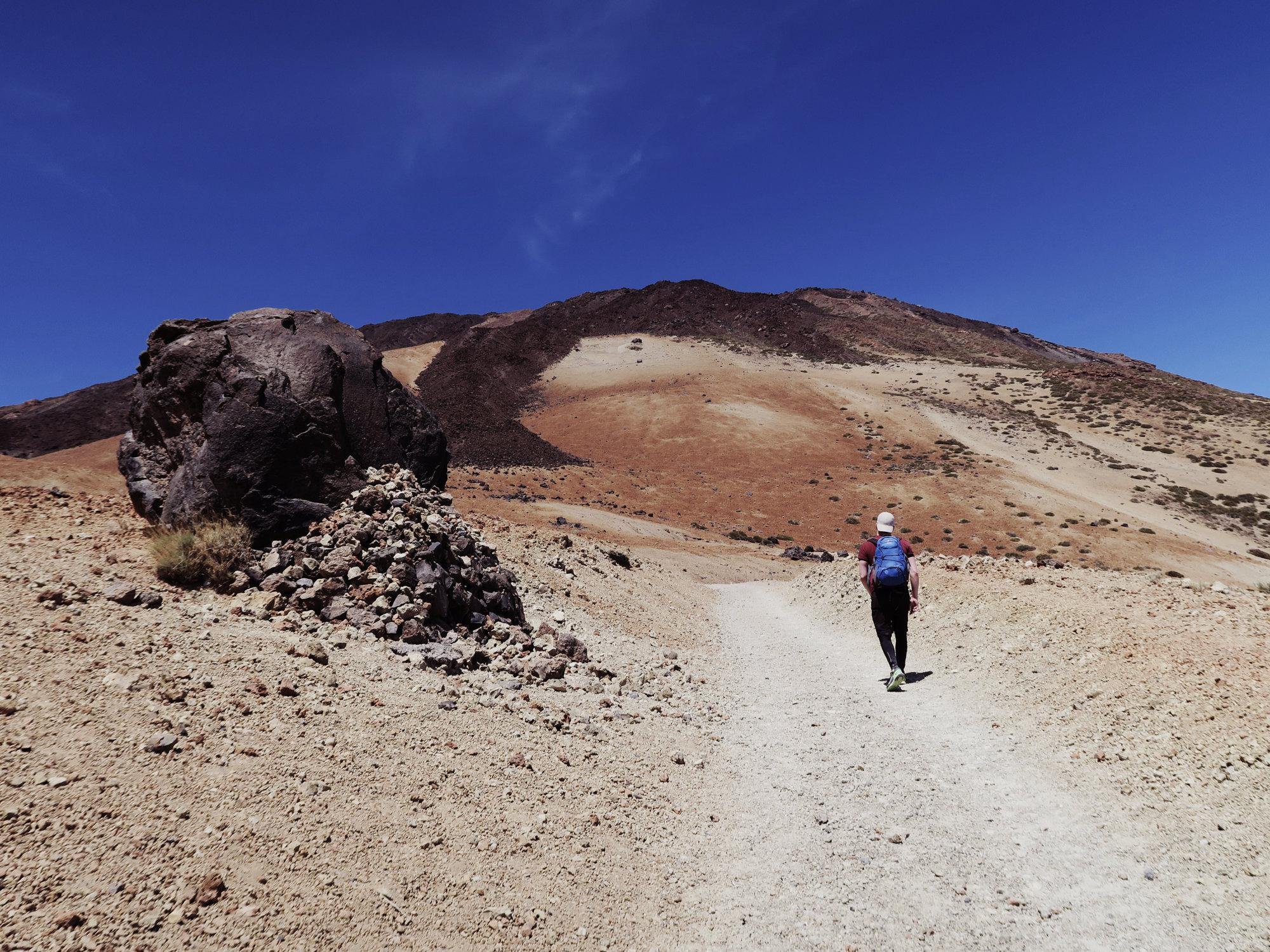 Der Wanderweg führt an den Huevos vorbei, den Lavakugeln, Teide Wanderung