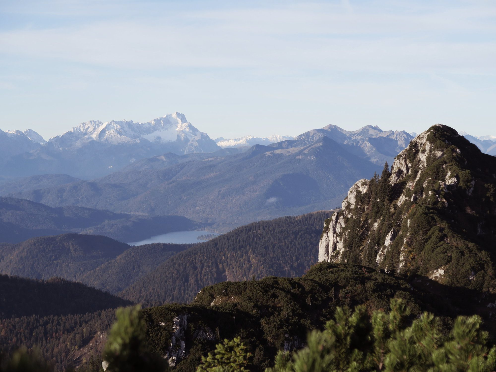 Blick vom Latschenkopf zum Walchensee und Karwendelgebirge