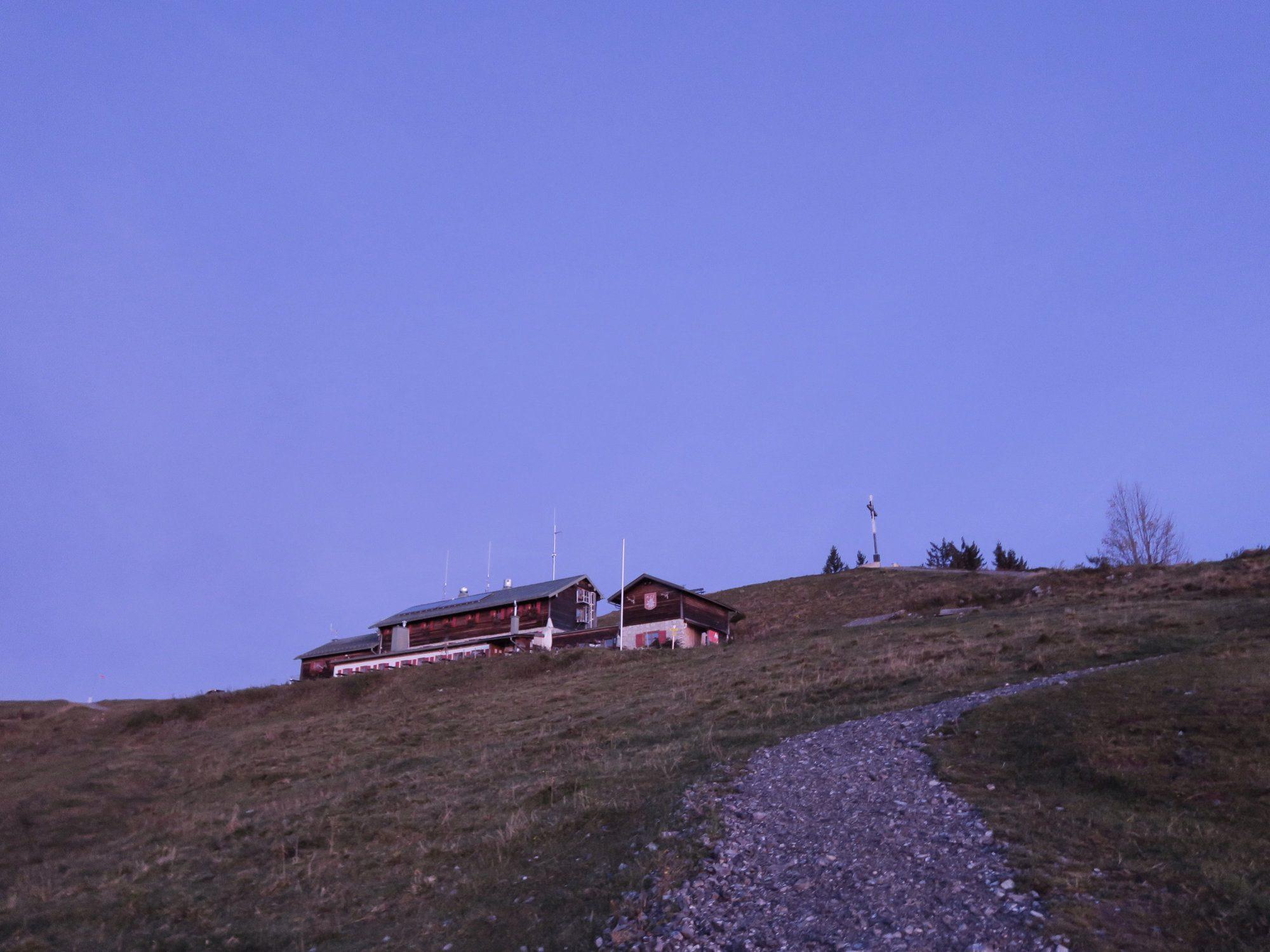 Gipfelglück am Brauneck Gipfelkreuz - Herbstwanderung Brauneck FJELLA