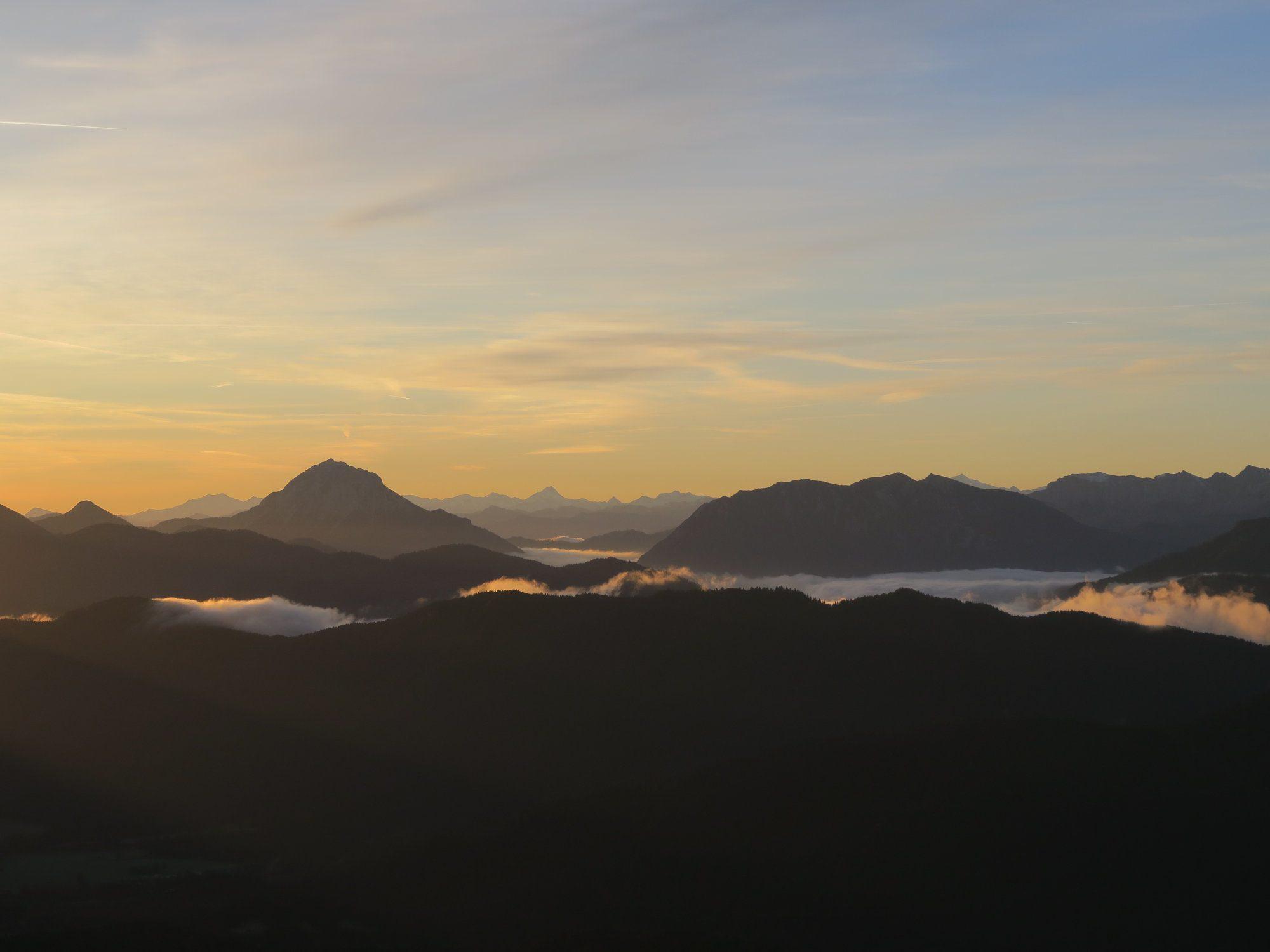 Sonnenaufgang über den Bergen bei der Herbstwanderung Brauneck Fjella