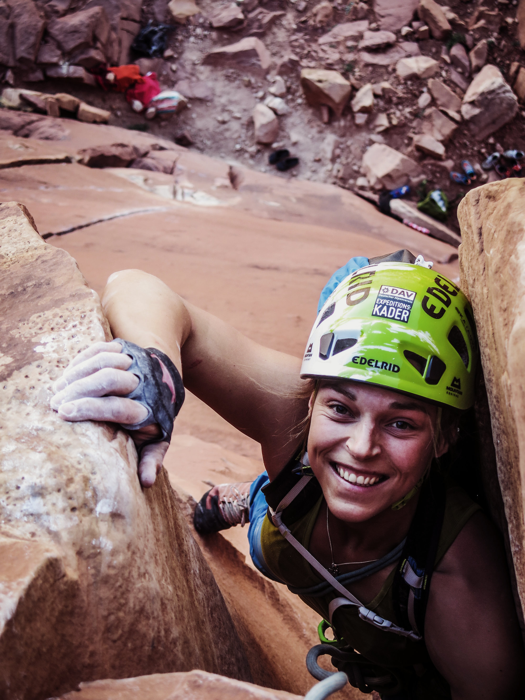 Veronika Hofmann beim Klettern im Indian Creek Klettergebiet in den USA