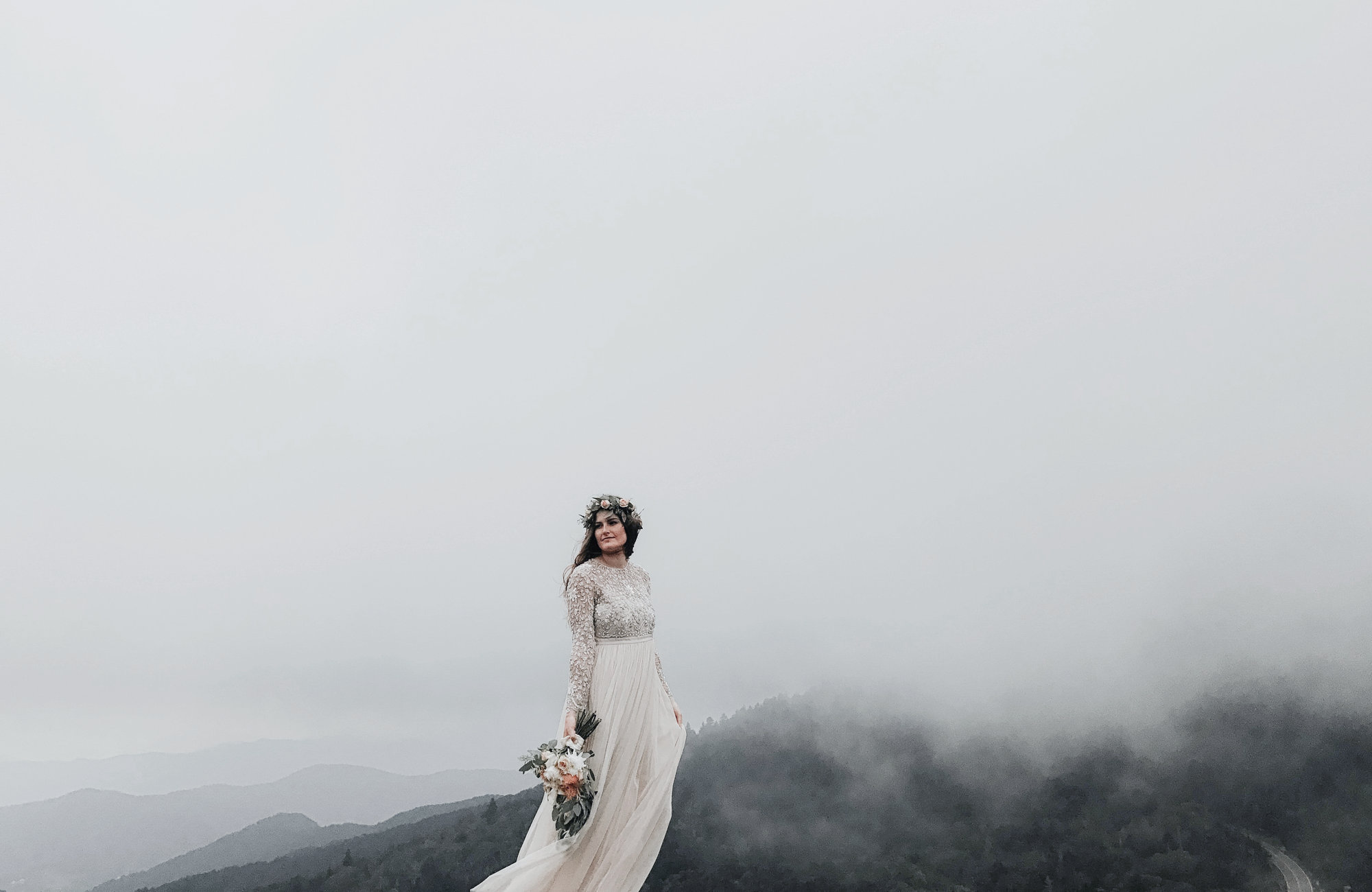 Braut bei Nebel in den Bergen, Heiraten in den Bergen, Standesamtlich Heiraten in den Bergen, Almhochzeit, Hochzeit in den Bergen