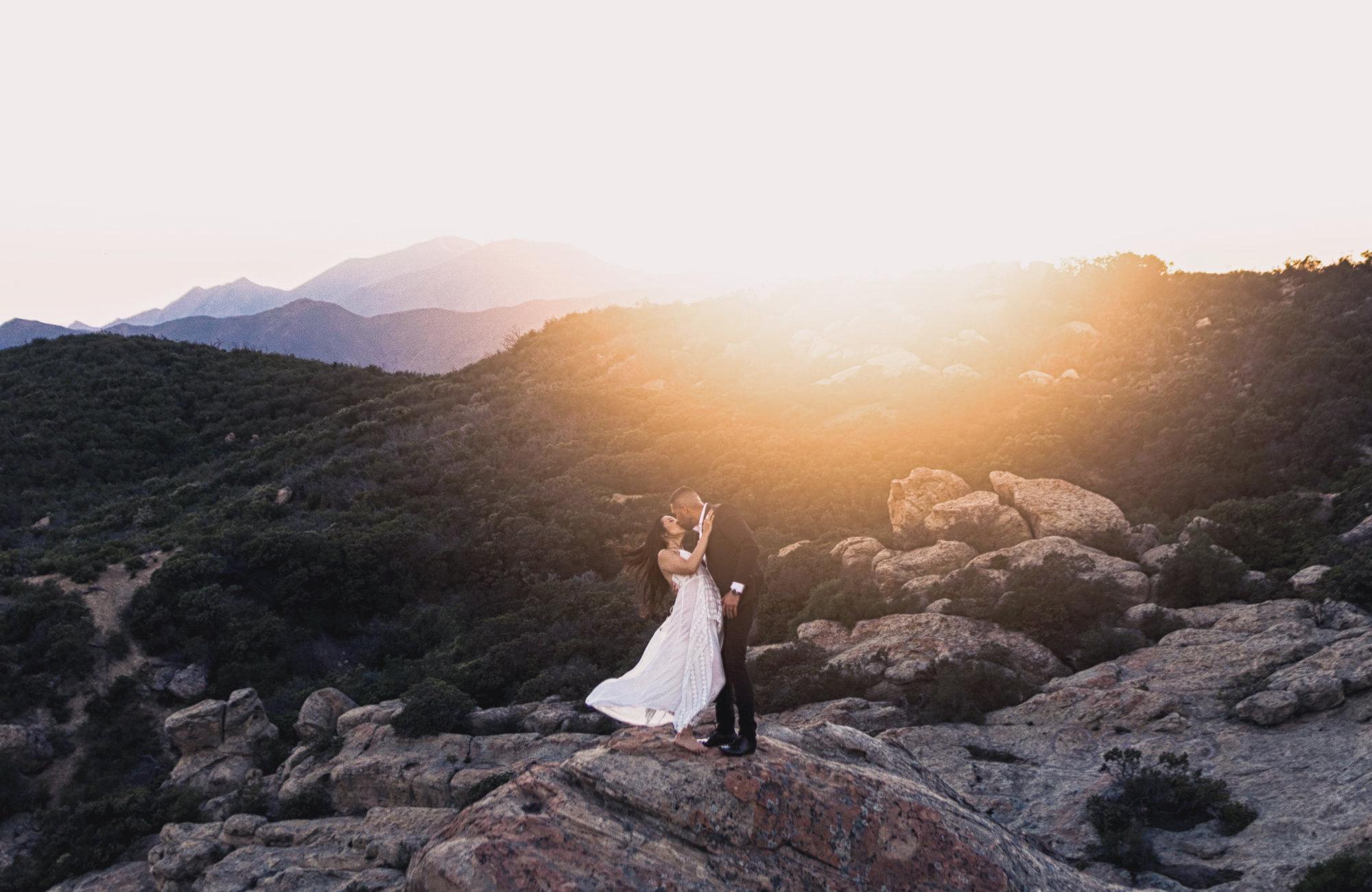 Brautpaar in den Bergen beim Sonnenuntergang, Heiraten in den Bergen, Standesamtlich Heiraten in den Bergen, Almhochzeit, Hochzeit in den Bergen