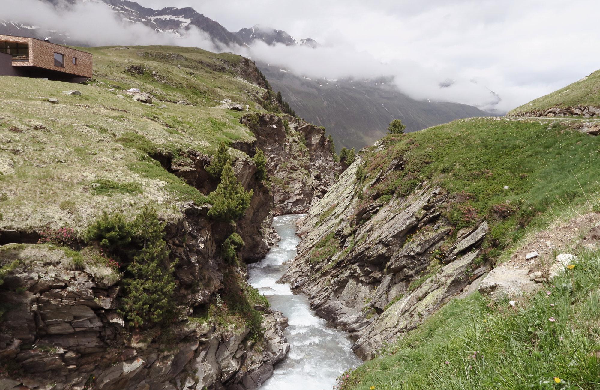 Schönwieshütte mit Schlucht, Wanderung Hangerer, Bergwandern Ötztal, Wandertour Ötztal, Alpen, Tirol, Dreitausender