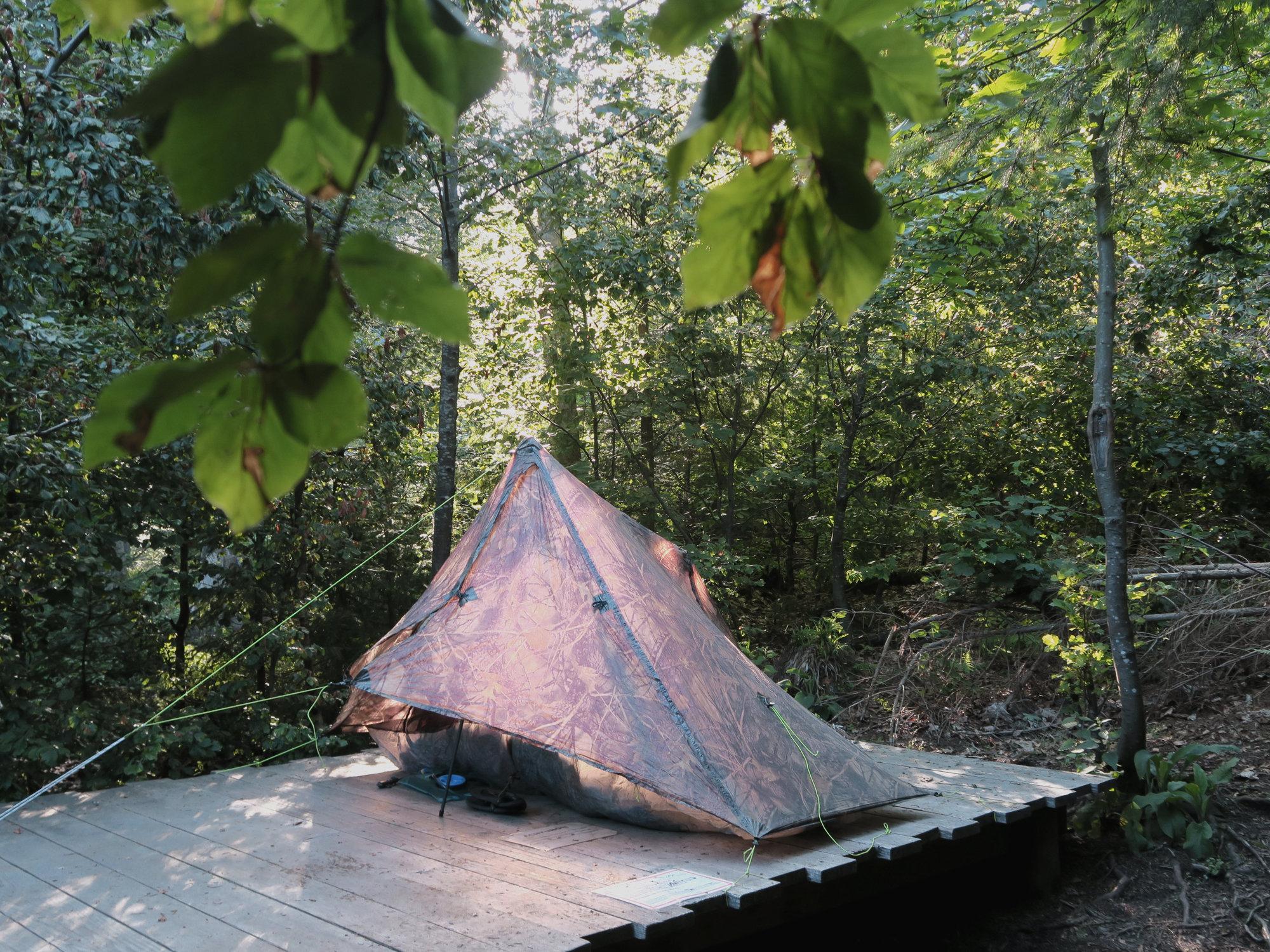 Holzplattform des Trekking-Camps Seibelseckle mit Zelt in der Abendsonne