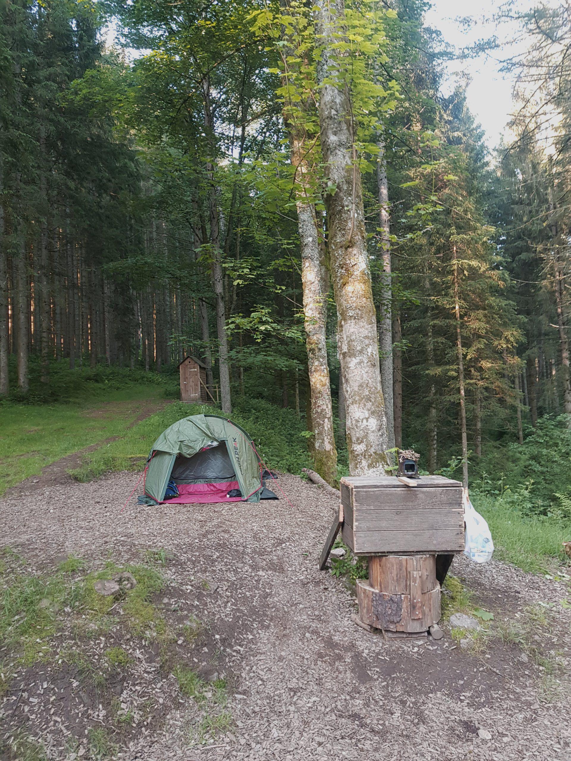 Trekking-Camp Guttellbach mit Zelt und Toilettenhäuschen