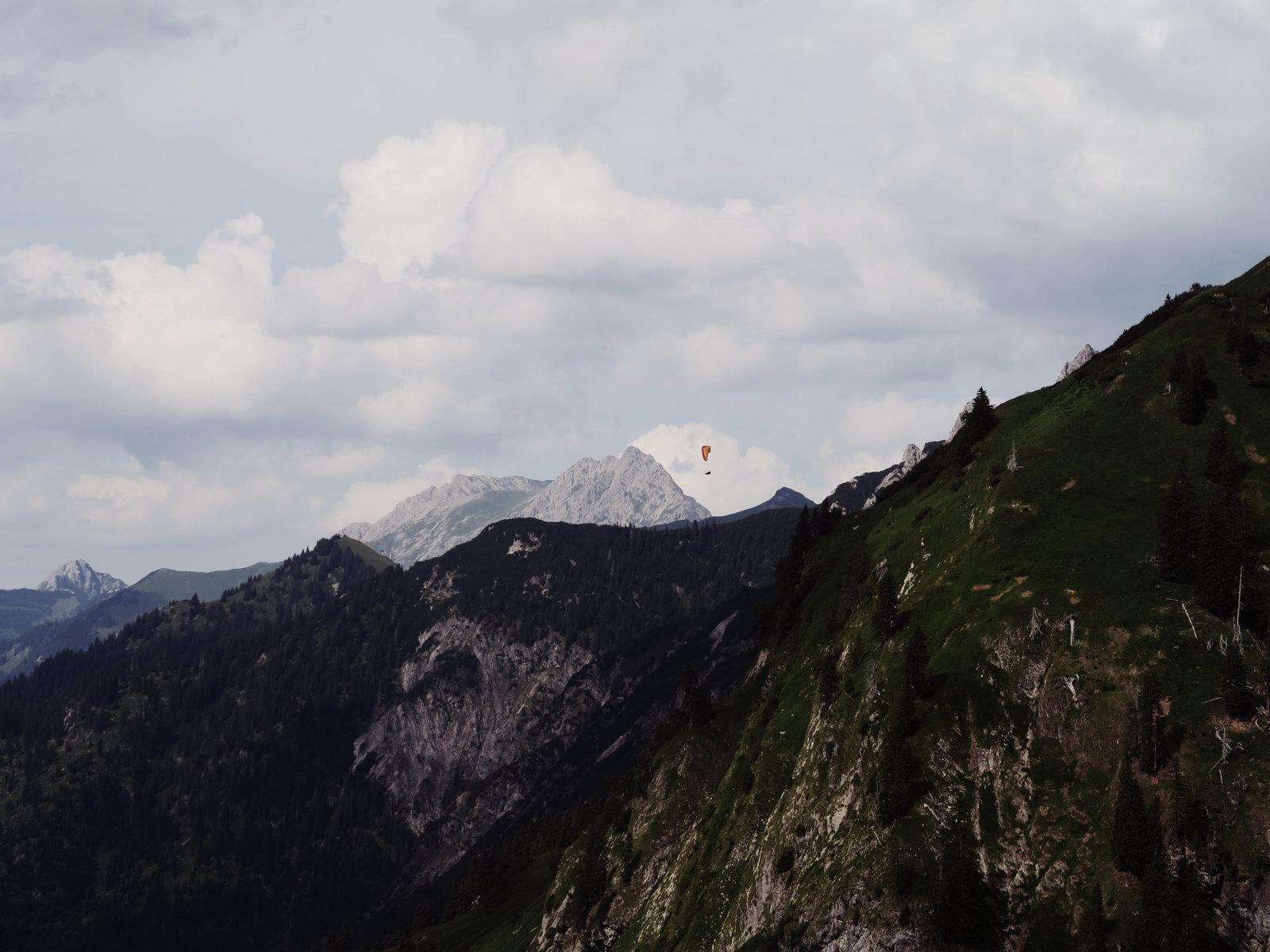 Gleitschirmflieger auf der Hüttentour in den Allgäuer Alpen